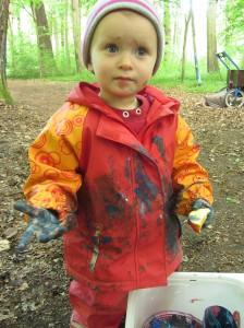 Kind mit Fingerfarben